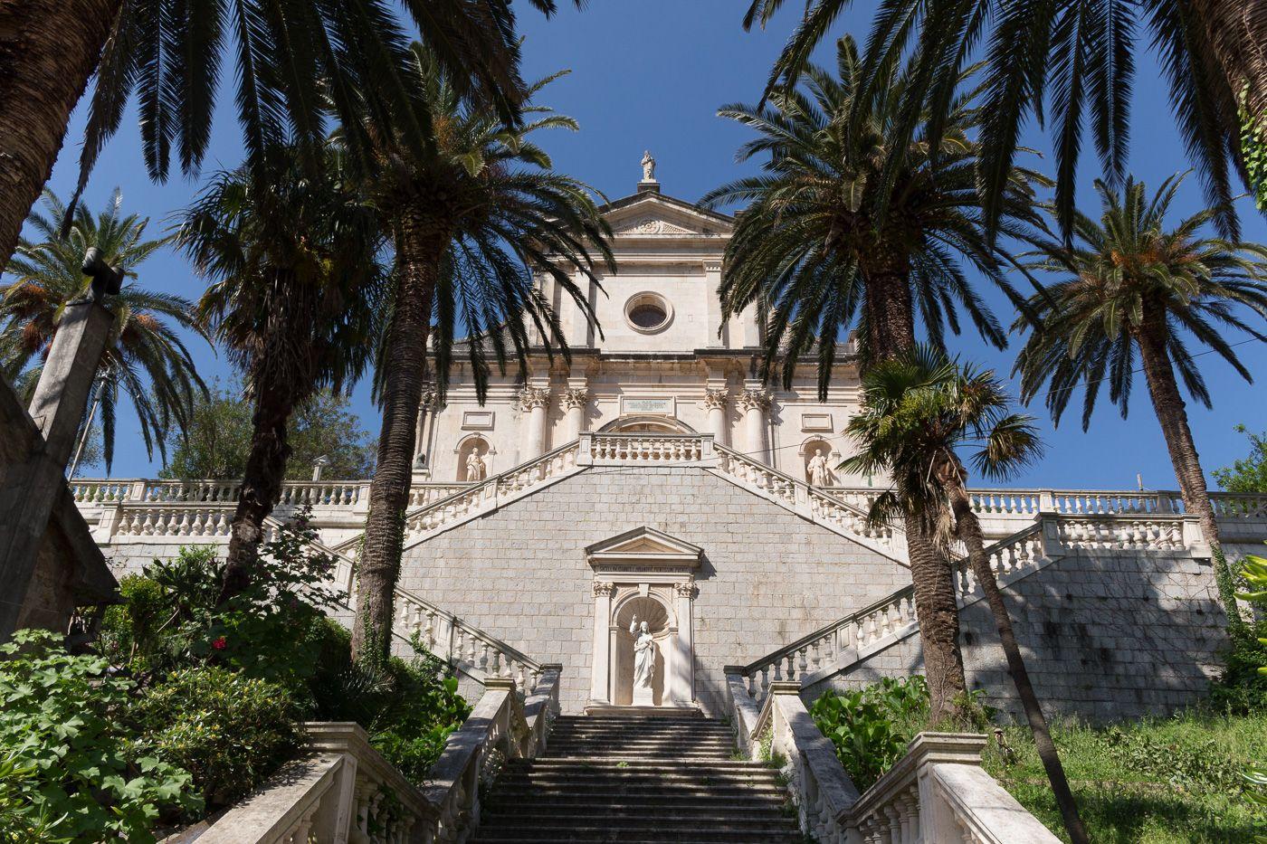Kirche mit Palmen